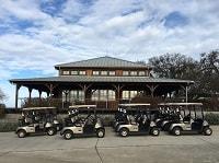 クラブハウスの横に止められたゴルフカート
